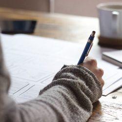 Persona escribiendo una novela
