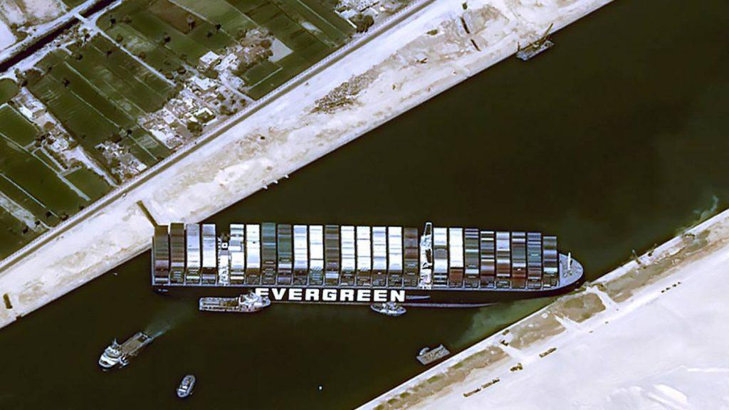 El buque Evergreen bloque el Canal de Suez