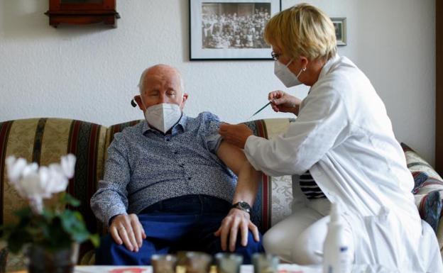 Alemania y otros países europeos vuelven a suspender la vacunación con Astrazeneca es una de las noticias de la semana