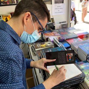 Firma de libros en la Feria del libro de Madrid 2021